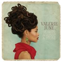 Pushin' against a stone Valerie June, chant, guitare, banjo